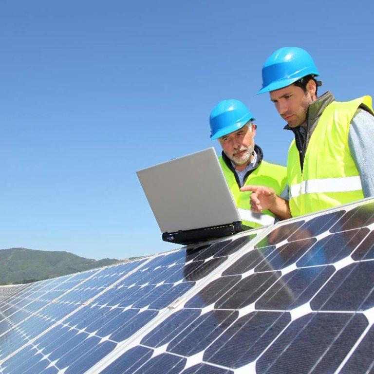 http://www.bfc-solaire.fr/wp-content/uploads/panneaux-photovoltaiques-techniciens-768x768.jpg